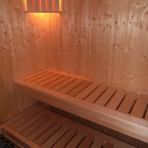 Sauna Gotowa: ściany świerk skandynawski, ławy lipa, piec i sterownik niemiecki Weka, drzwi szkło hartowane kolor brązowy.